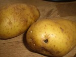 Skrub kartoflerne.