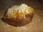 Kom fyldet i skallerne, og drys ost over.
