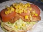 Læg tomater og majs på.