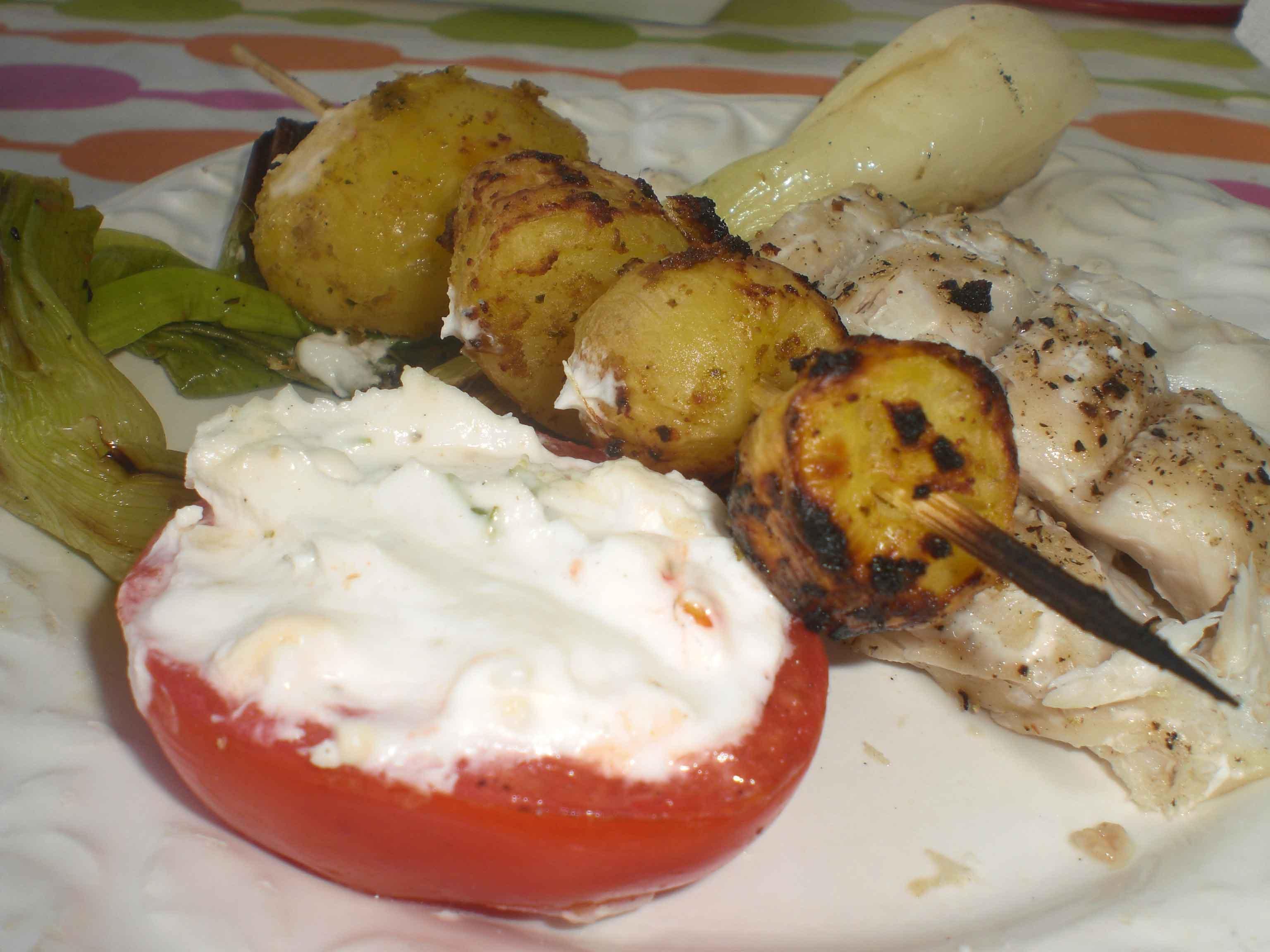 Grillet kulmule med nye kartofler på spyd og fyldte tomater