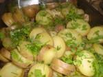 Skær kartofler i skiver, og drys med bredbladet persille.