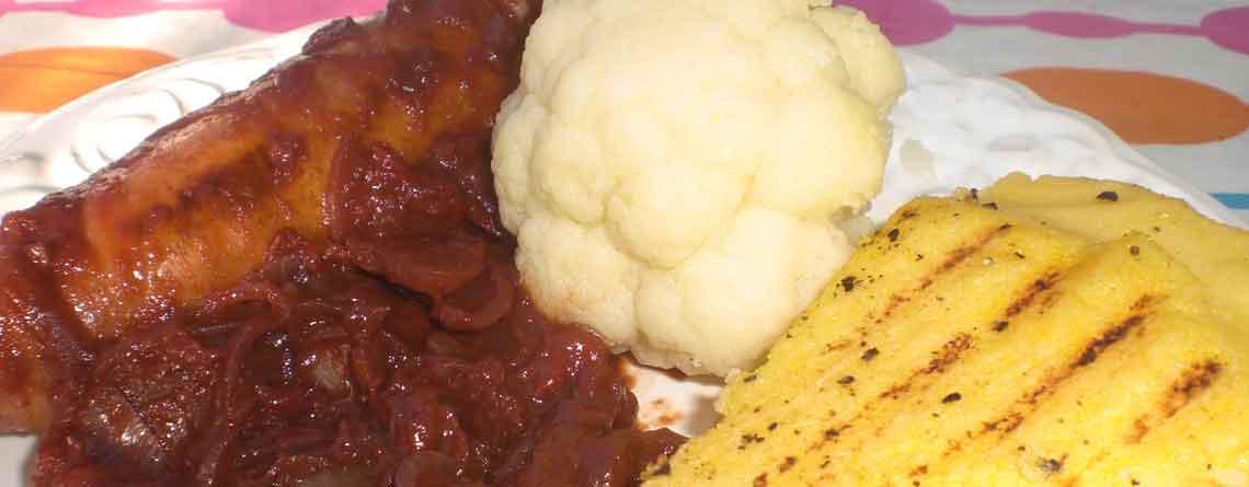 Grillpølser med grillet polenta og tomatsauce
