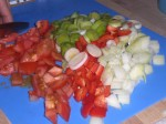 Skær grøntsagerne i mindre stykker.