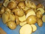 Skær kartoflerne i skiver.
