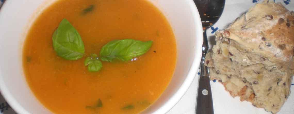 Hjemmelavet tomatsuppe med basilikum