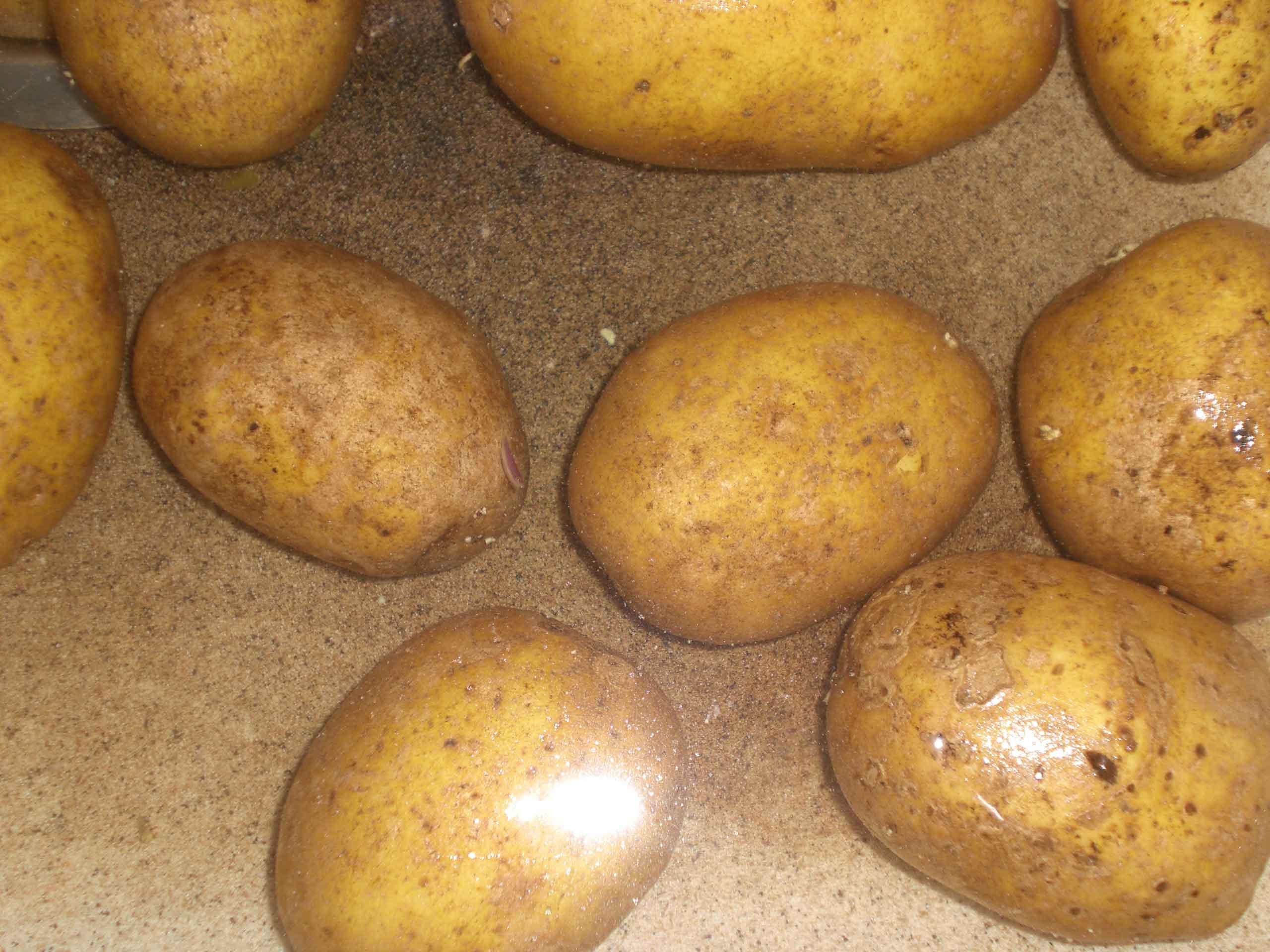 Skræl kartoflerne.