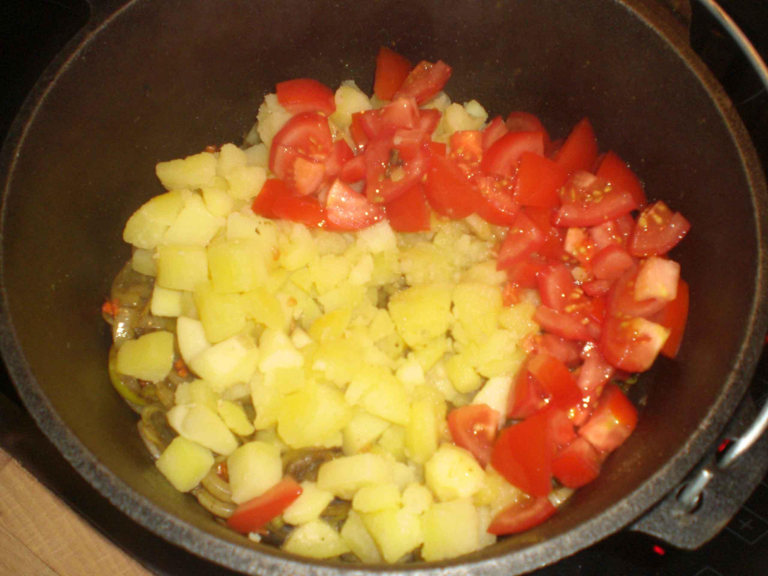Tilsæt kartofler og tomater.