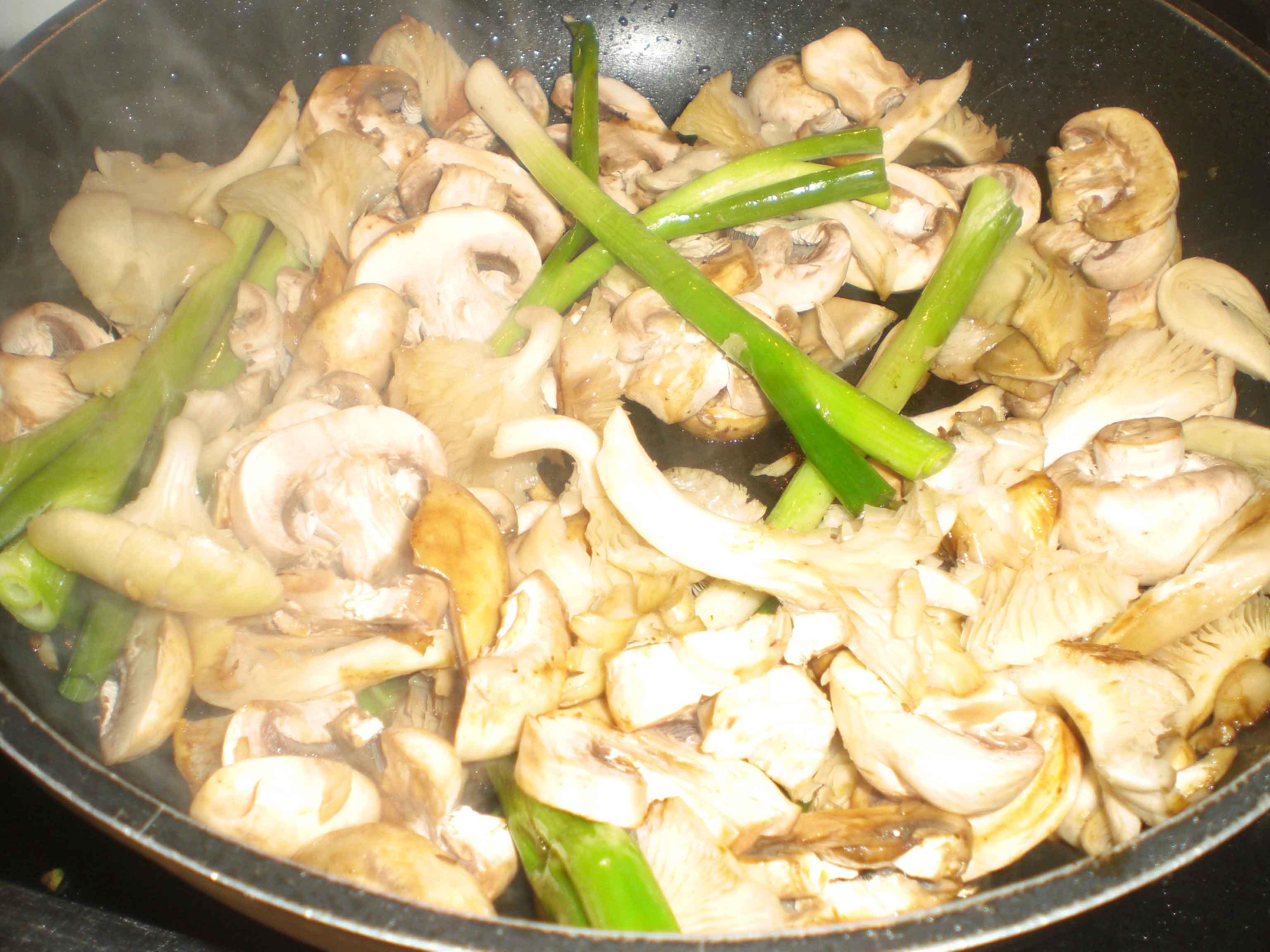 Rist svampe og løg.