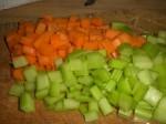 Skær gulerod og bladselleri i tern/strimler.