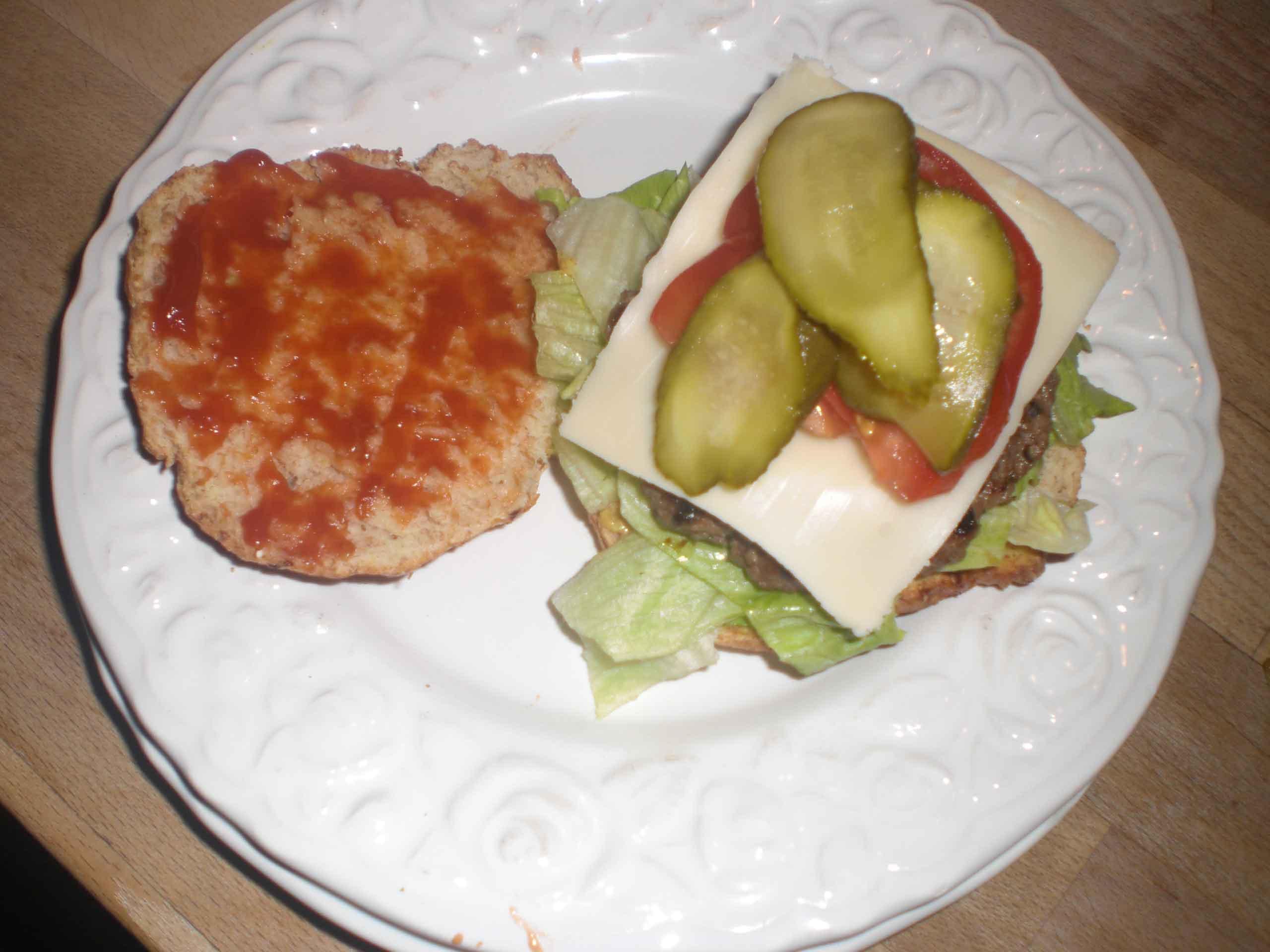 Læg evt. ost på og til sidst tomat og agurk.