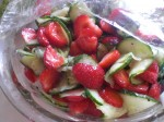 Vend jordbærskiverne i agurkerelishen.