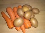 Skræl gulerødder og kartofler.