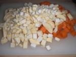 Skær gulerødder, selleri og pastinak i mindre stykker.