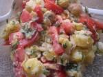 Bland ingredienserne til kartoffelsalaten.