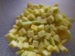 Skær mangoen i tern.