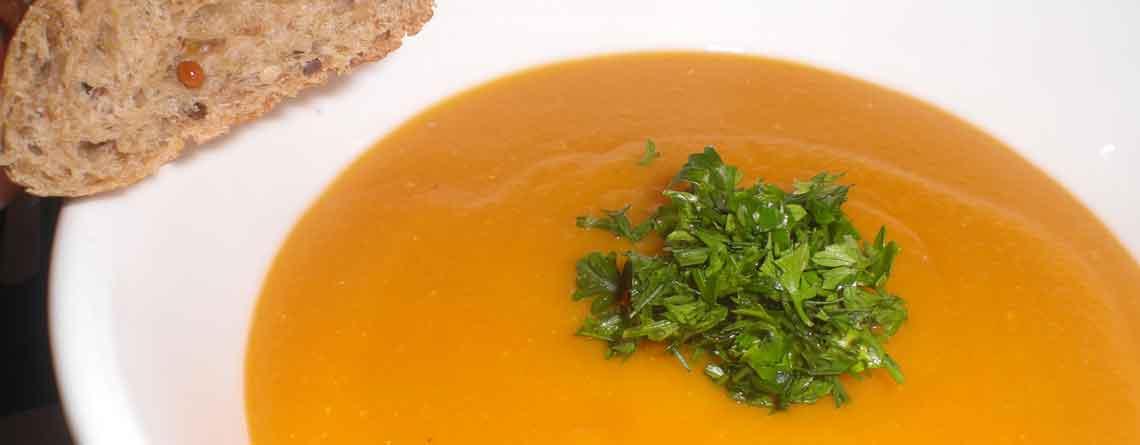 Tomatsuppe med gulerødder og linser
