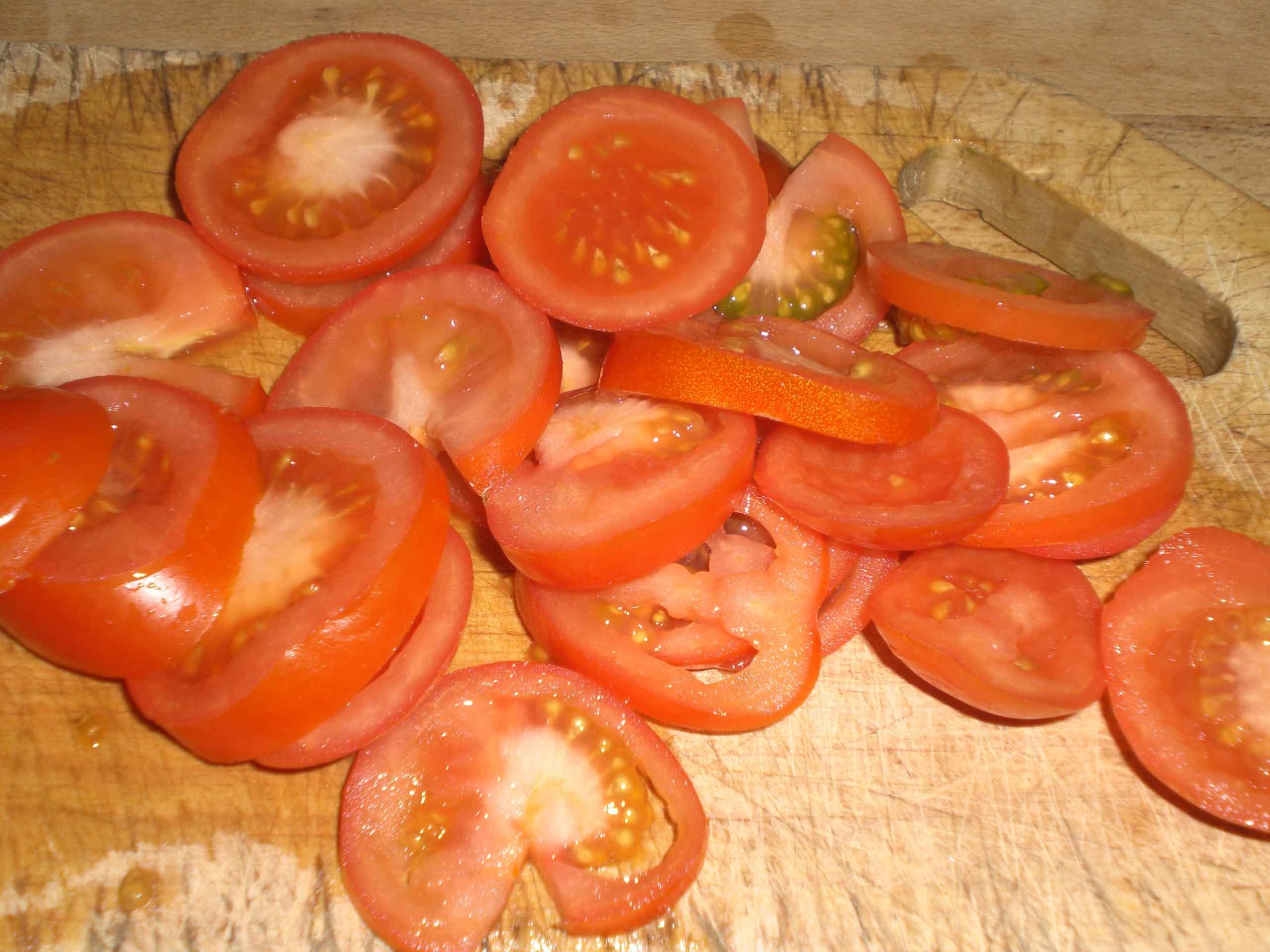 Skær tomaterne i skiver.