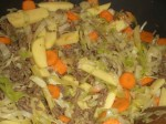 Tilsæt kartofler, løg og gulerødder.
