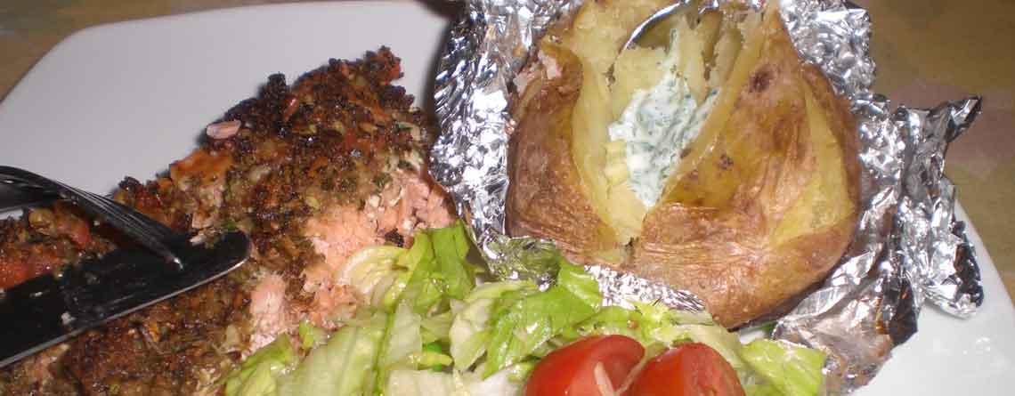 Laks i ovn med bagt kartoffel og dip