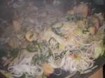 Bland til sidst alle ingredienserne sammen i wokken.
