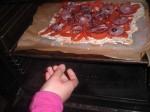 Bag pizzaen færdig.