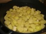 Kom kartofler, løg og laurbærblade i gryden.