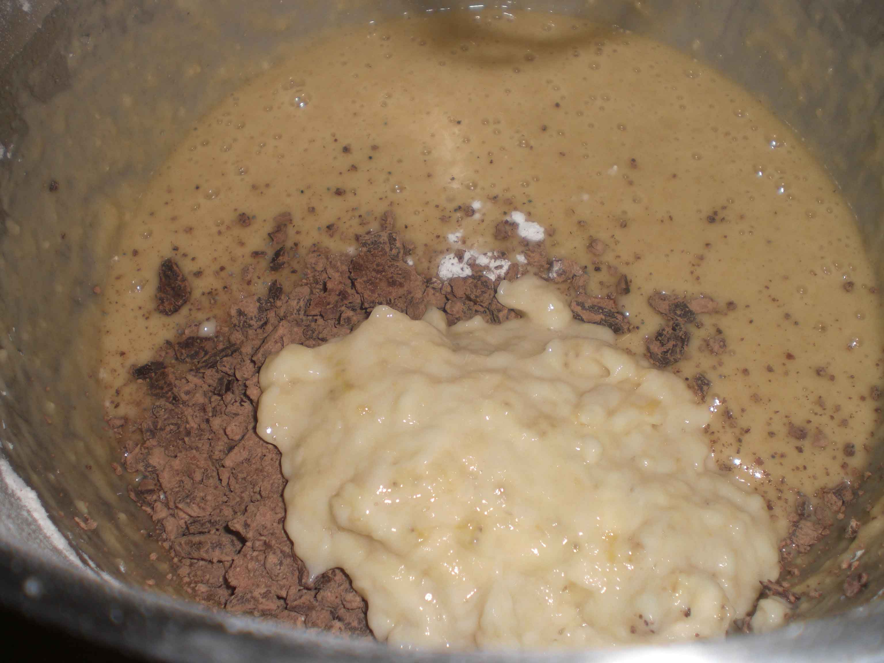Tilsæt til sidst bagepulver, vanilje, birkes, banan og chokolade.