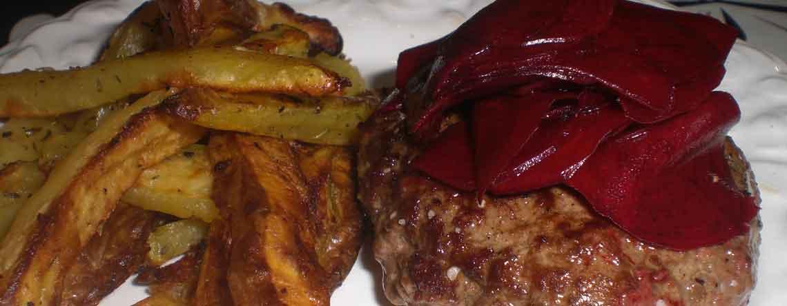 Bøf med råsyltede rødbeder og grove kartoffelfritter