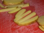 Skær kartofler i strimler.