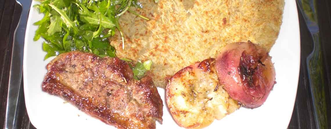 Grillet lammesteak med ferskner, rucolasalat og rösti