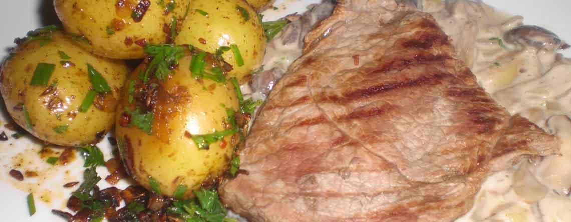 Kalveschnitzler med kartofler fra De Kanariske Øer og flamberet svampesauce