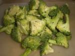 Del broccolien i buketter.