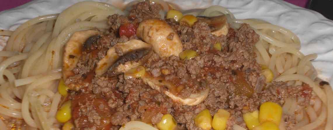 Kødsovs med majs og champignoner