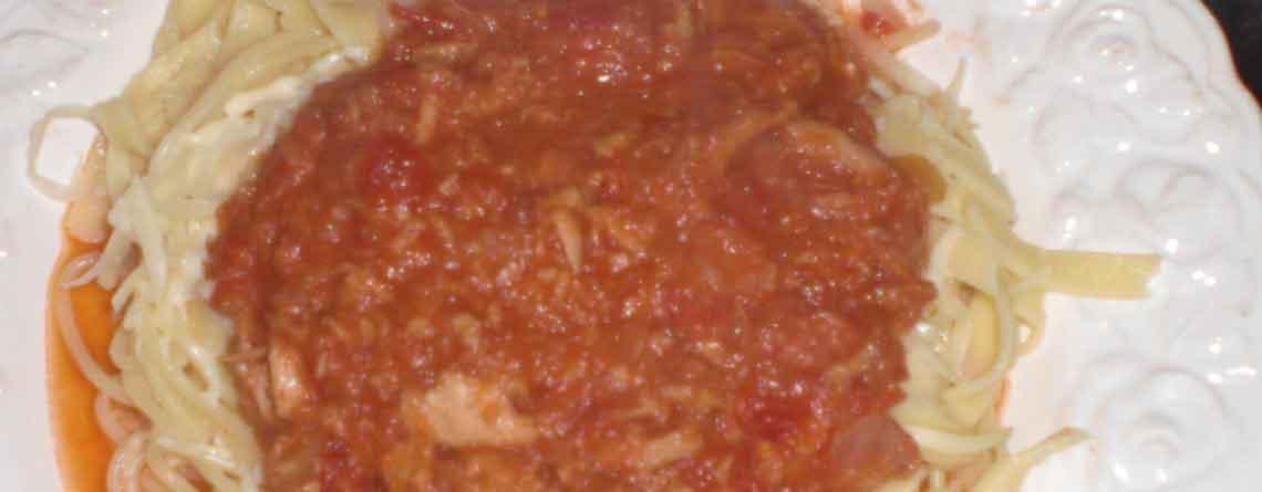Pasta i tomatiseret tun