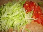 Snit salaten, og skær peberfrugten i tern.