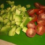 Skær tomater i halve, og avocado i mindre stykker.