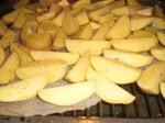 Krydr kartoflerne med salt og peber.