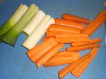 Skær porrer og gulerødder i mindre stykker.