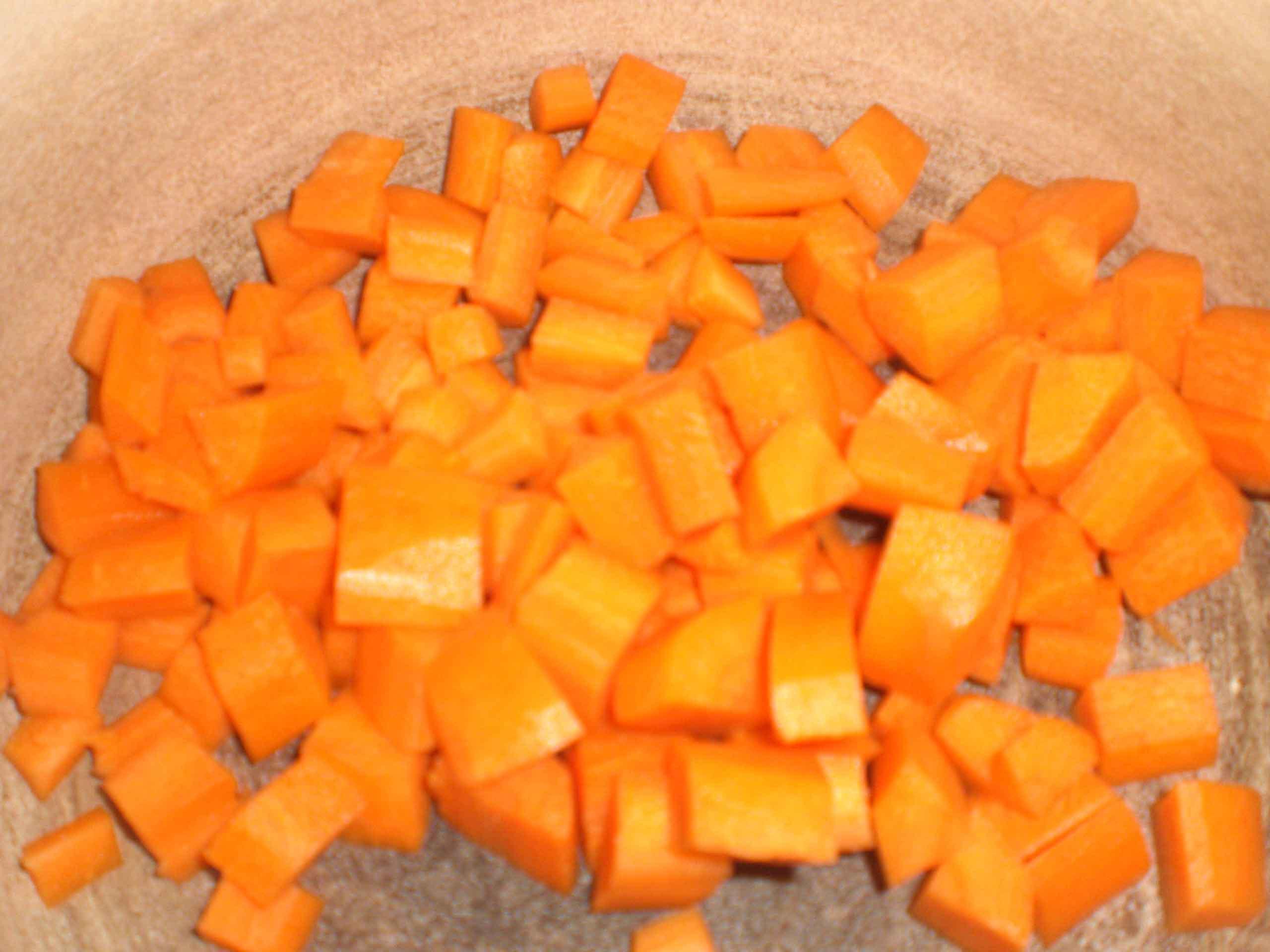 Skær gulerødderne i tern.