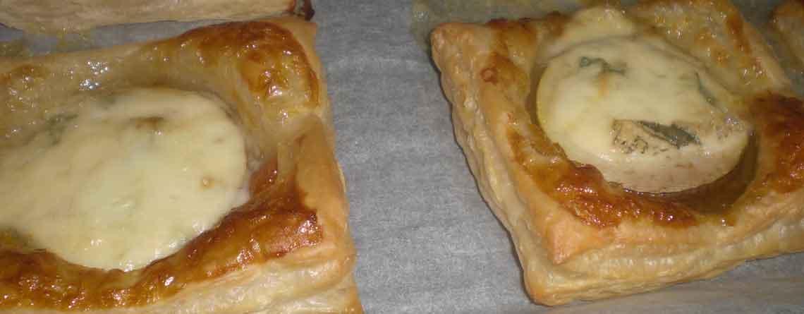 Butterdej med abrikos, pære og gorgonzola