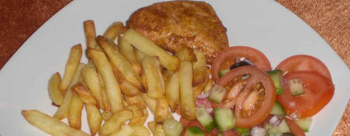 Grillkylling med pommes frites og tomatsalat