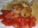 Læg tomater og kammuslinger på.