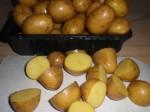 Skær kartoflerne i halve.