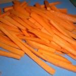 Skær gulerødder i stave.