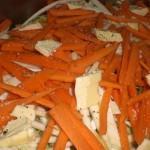 Fordel margarineklatter over grøntsagerne, og drys med salt og peber.