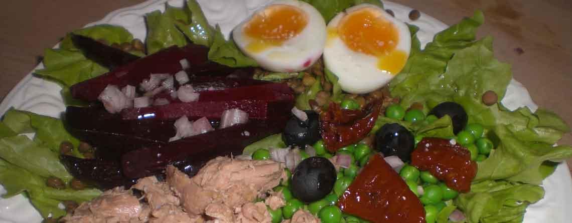 Salat Nicoise med tun, kogte rødbeder og linser