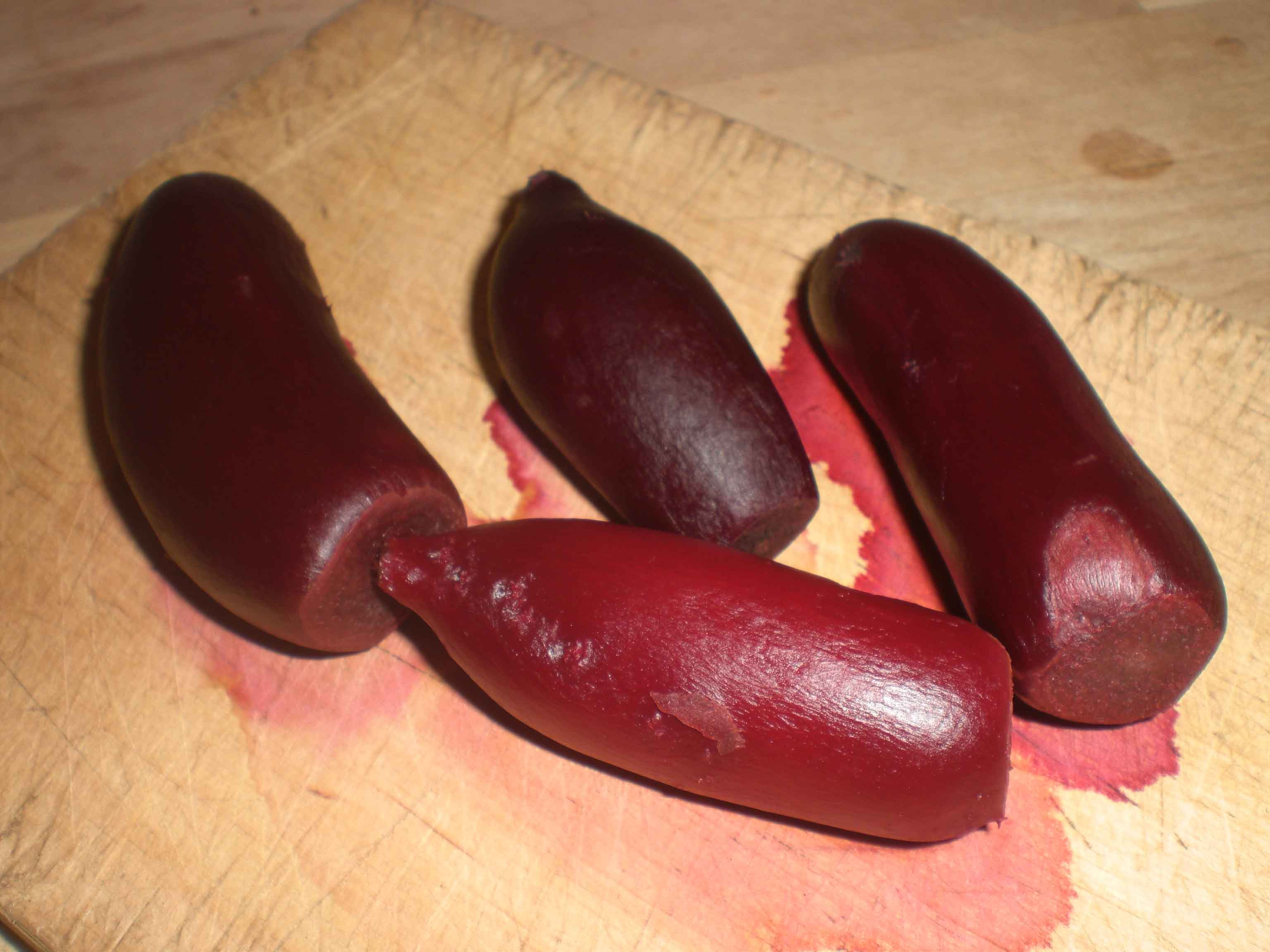 Gnid skindet af de kogte rødbeder.