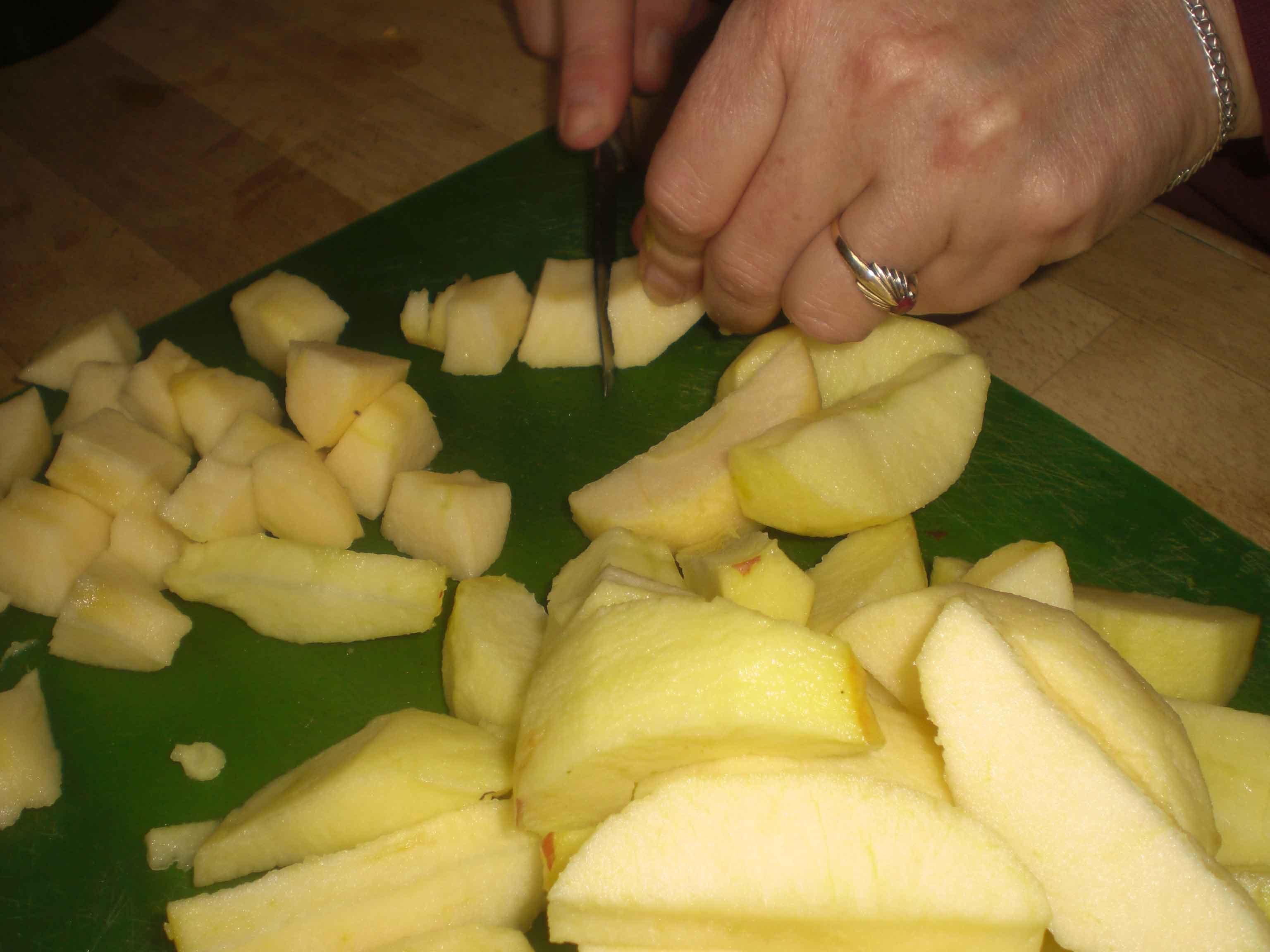 Skræl æblerne, og skær dem i store tern.