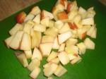 Skær æble i mindre stykker.