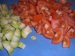 Skær tomater og broccolistok i mindre stykker.